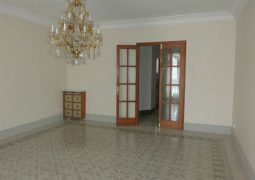 Se vende piso soleado de 5 habitaciones con 3 balcones a la calle y calefacción en zona centro