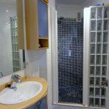Moderno piso en venta con 4 habitaciones en Santa Rosa-bano1