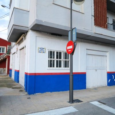 Se vende local comercial en muro-persianas